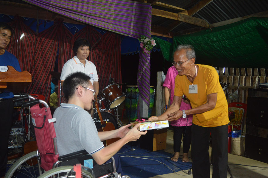 Life Enrichment Church leader Leua Chuagoo honors Puntouch Trivijitkasem for teaching a session on the history of gospel witness in Thailand. Photo by J*