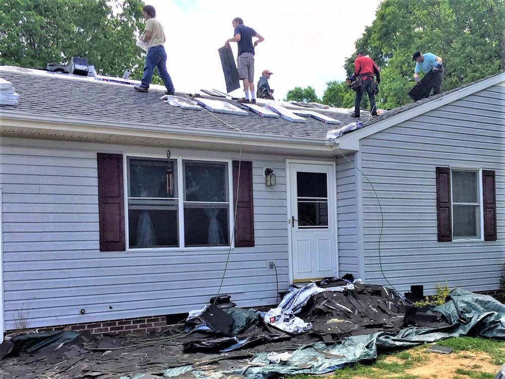 Volunteers from Springdale Mennonite Church and Iglesia Shalom Nuevo Comienzo put a new roof on Rosa's house.  Photos courtesy of Sharon Shenk